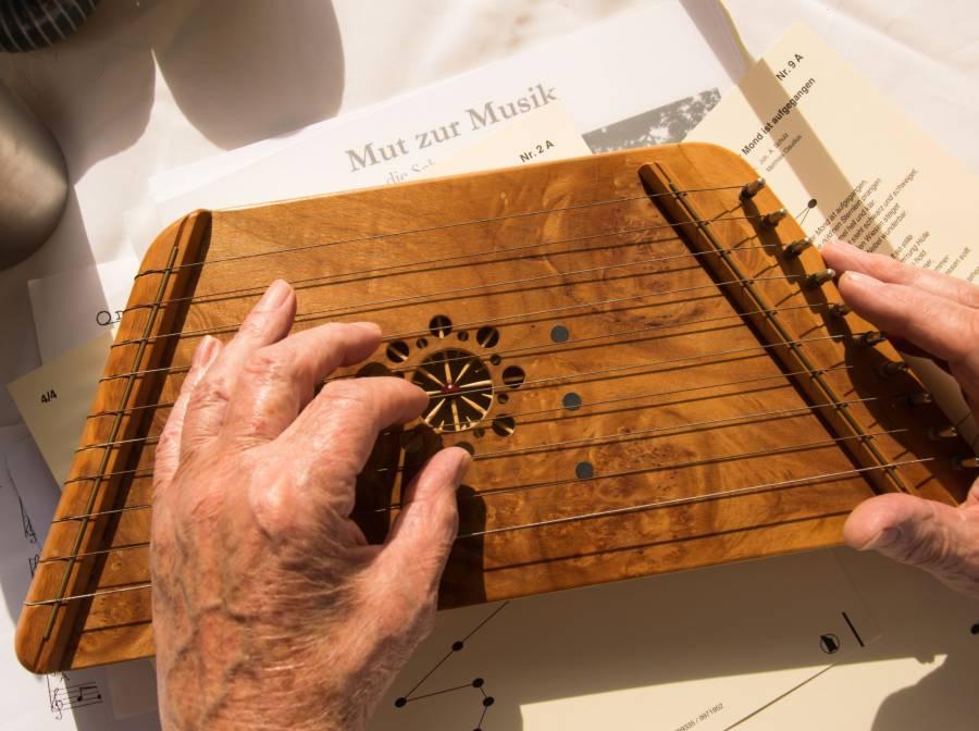 Tischharfe spielen in jedem Alter - Musik für Generationen